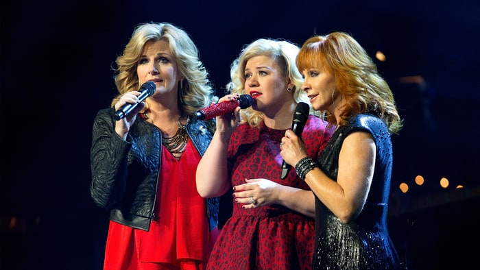 Throwback to When Kelly Clarkson Brought the Holiday Spirit with Reba McEntire and Trisha Yearwood